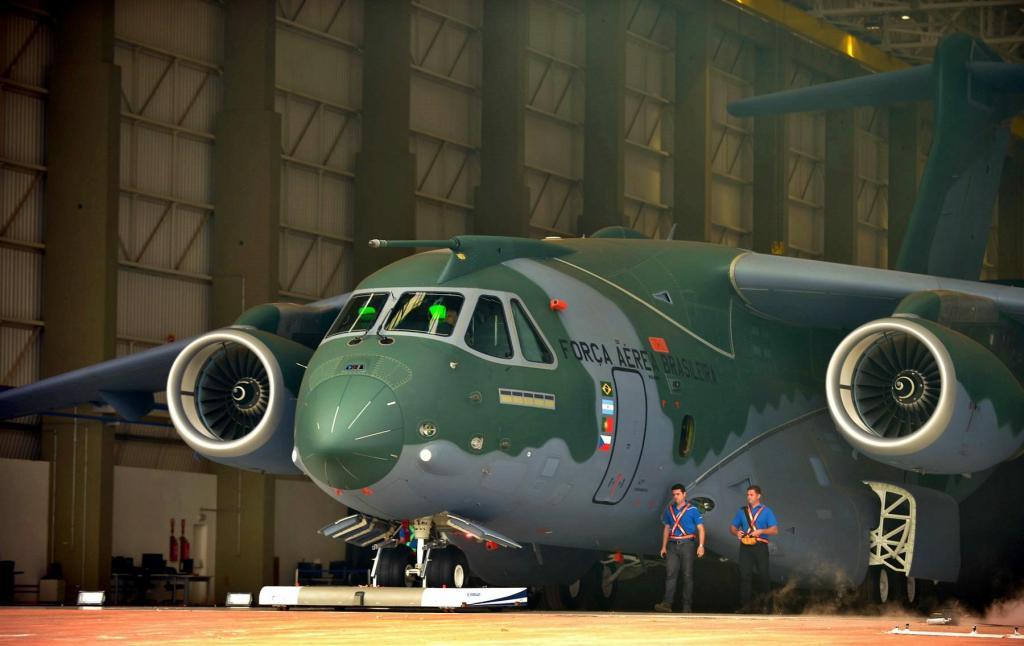 foto de FAB recebe novo avião militar KC-390