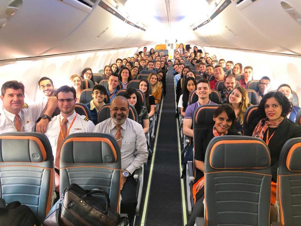 foto de No primeiro dia de trabalho novos estagiários são convidados para voo