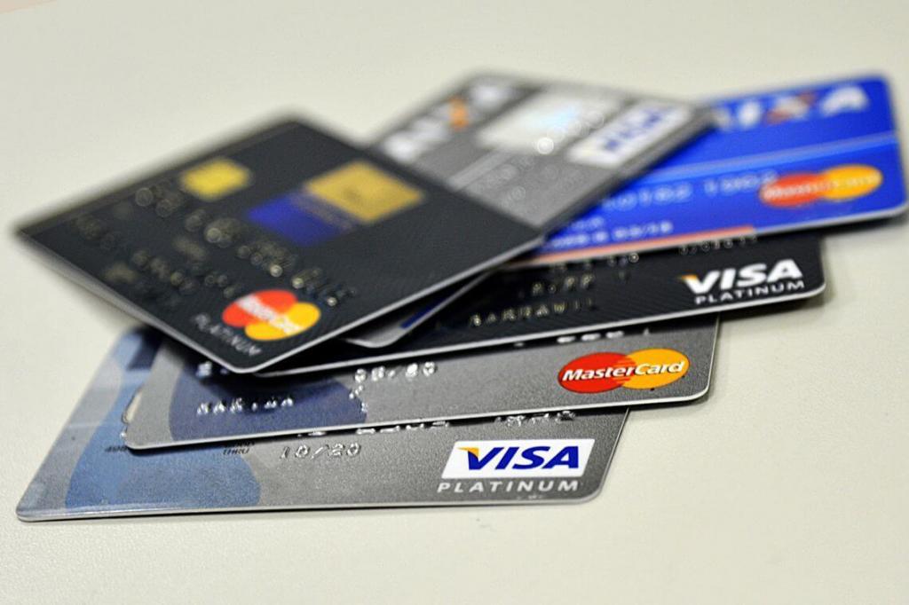 foto de Juros do cheque especial caem para 306,9% e do cartão ficam em 306%
