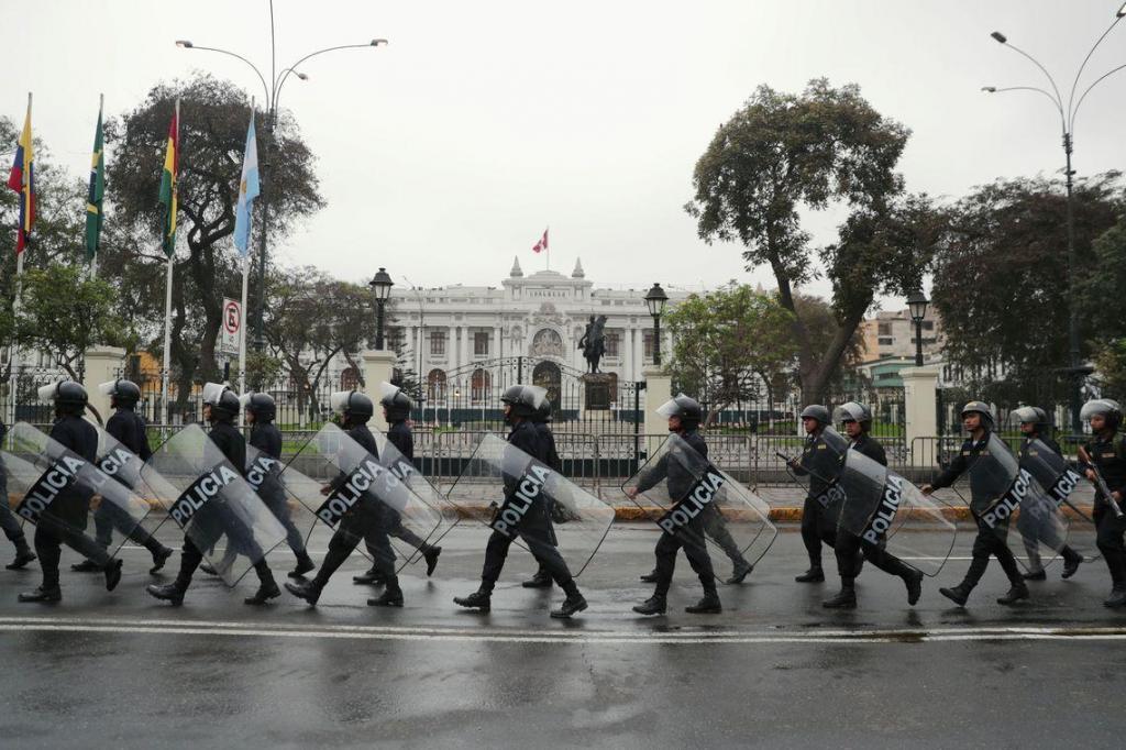 foto de Após dissolução do Congresso do Peru, parlamentares empossam vice