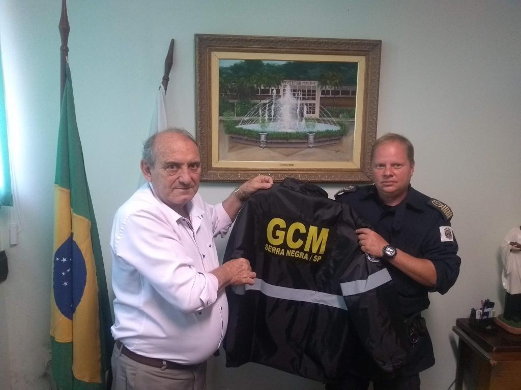 foto de Prefeito entrega novos uniformes para guardas civis municipais, bombeiros civis e agentes de trânsito