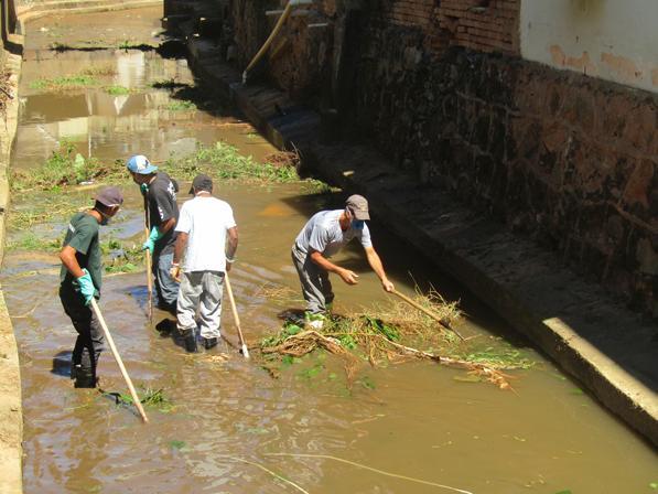 foto de Limpeza de ribeirão é realizada para prevenir enchentes