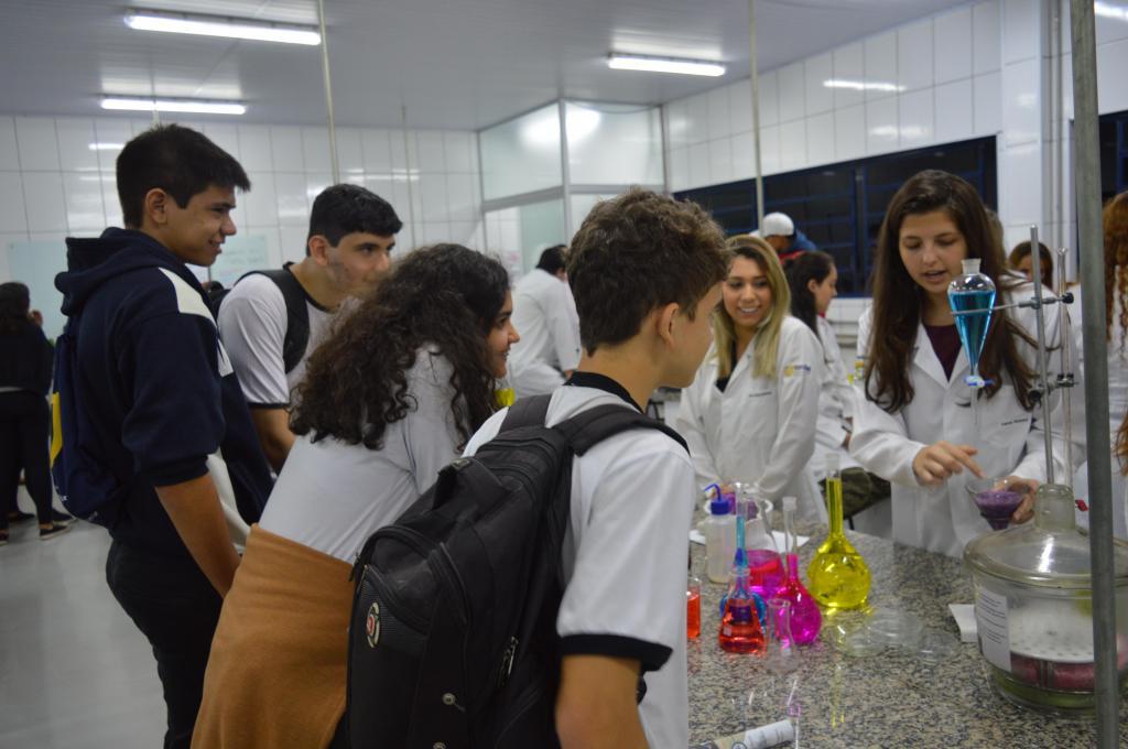 foto de UniFAJ orienta estudantes na escolha da carreira com feira de profissões e lança dois novos cursos