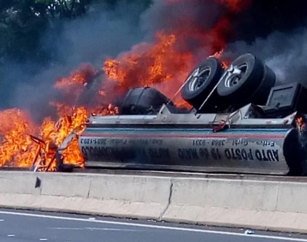 foto de Motorista morre após caminhão tombar e pegar fogo na SP-147, em Mogi Mirim