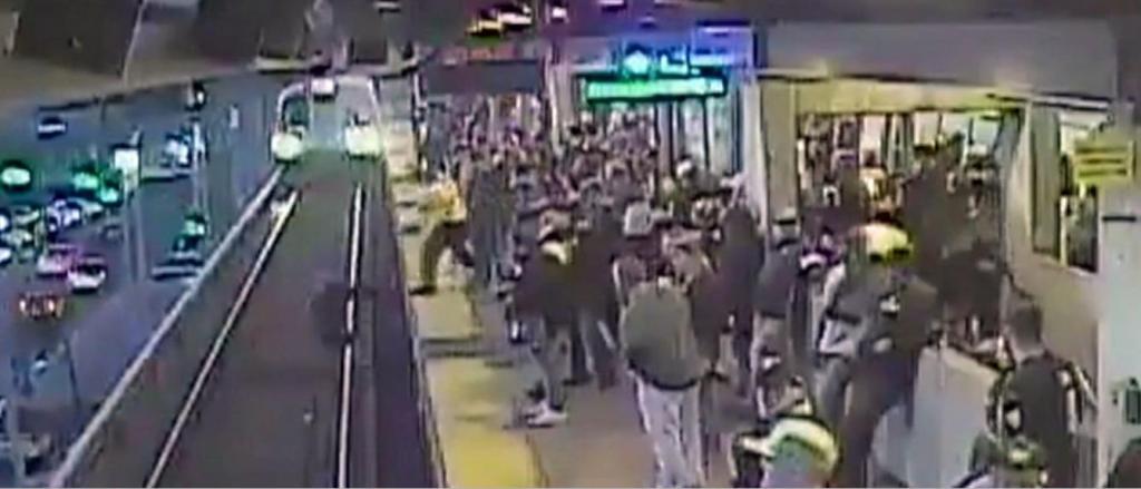 foto de Homem escapa de atropelamento por um triz de depois de cair em linha do metrô nos EUA (veja o video)