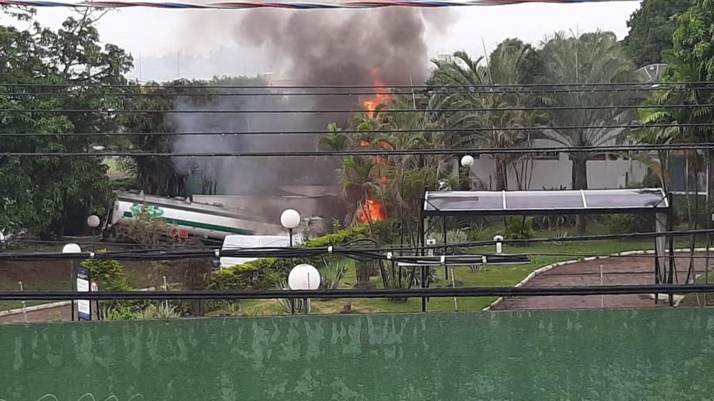 foto de Caminhão invade hotel, pega fogo e mata uma pessoa em Campinas