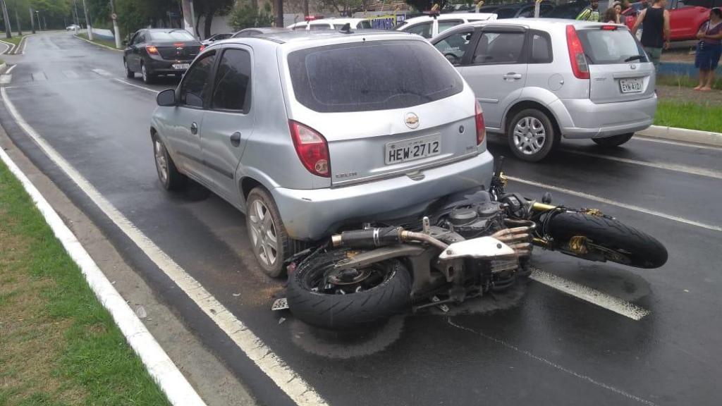 foto de Homem cai com motocicleta depois de fugir da polícia