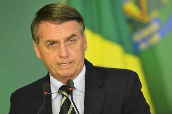 foto de Bolsonaro assina medida provisória que extingue o Dpvat