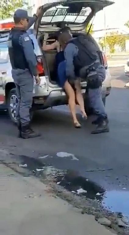 foto de PM que colocou mão embaixo de saia de mulher durante abordagem em São Luís é afastado das ruas