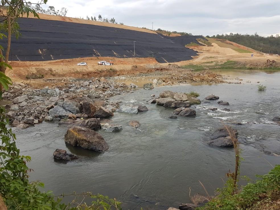 foto de Daee programa explosões de rochas em Pedreira para construção de barragem