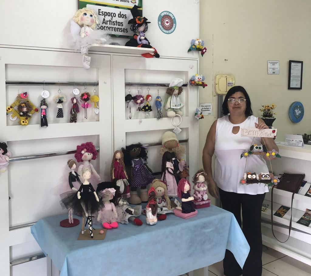 foto de Célia e suas bonecas de pano estão no Espaço dos Artistas Socorrenses da ACE-Socorro