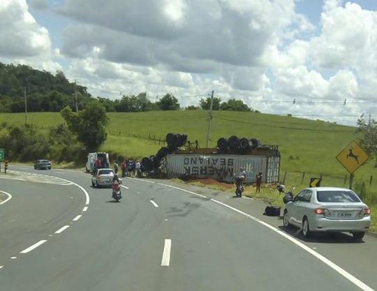 foto de Motorista fica ferido após carreta tombar em rodovia de Jaguariúna