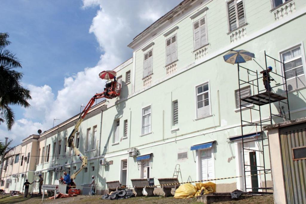 foto de Movimento Tudo de Cor está realizando pintura da Santa Casa