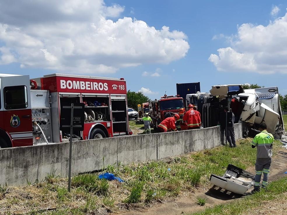 foto de Caminhão tomba e deixa feridos em acesso de anel viário para a Anhanguera, em Campinas