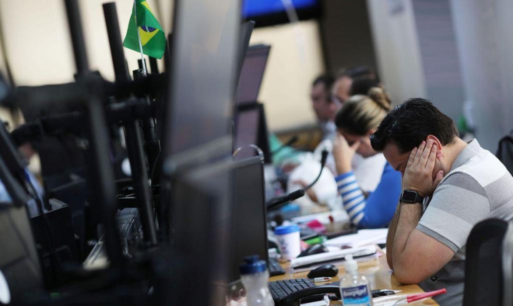 foto de Bolsa volta a cair mais de 10% depois de interrupção nos negócios