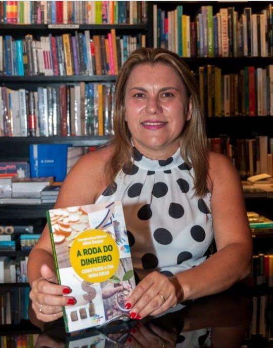 foto de Escritora apresenta livro sobre vida financeira