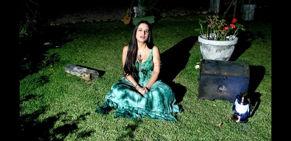foto de Lyra Grazie lança vídeo de 'She Moved Through The Fair'