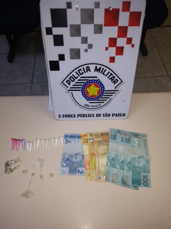 foto de Traficante flagrado com drogas e quase R$ 400 vai responder em liberdade