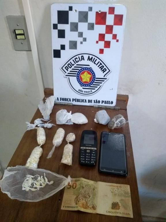 foto de Foragido da Justiça por roubo foi preso com 225 pedras de crack e outras drogas