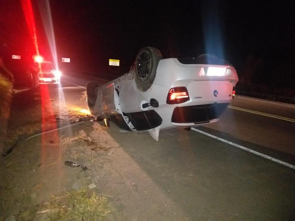foto de Motorista alcoolizado foge da polícia e capota BMW na SP-95