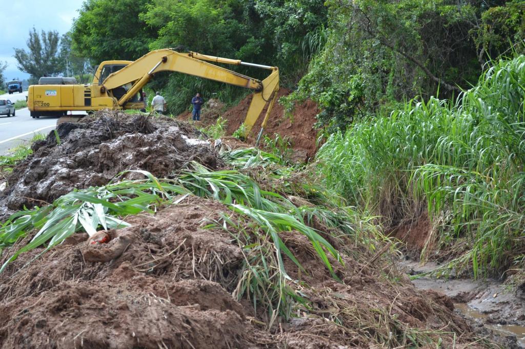 foto de Prefeitura de Pedreira e DER realizam desassoreamento de galeria de águas pluviais na Rodovia SP-95