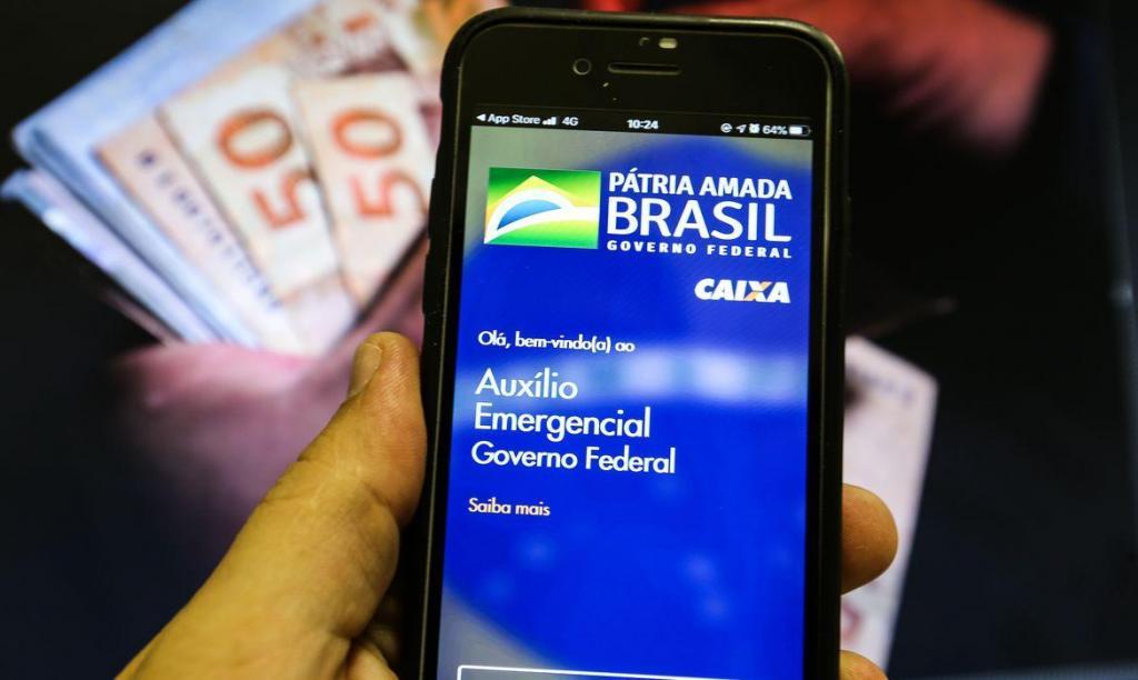 foto de Bolsonaro afirma que auxílio emergencial deve voltar a ser pago em março