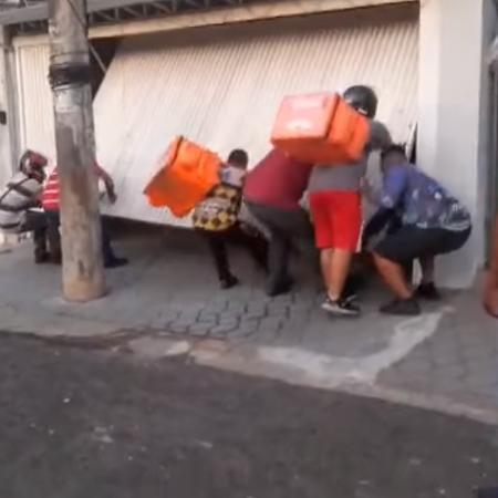 foto de Motoboys de app destroem portão e carro de morador em Bauru – Veja vídeo