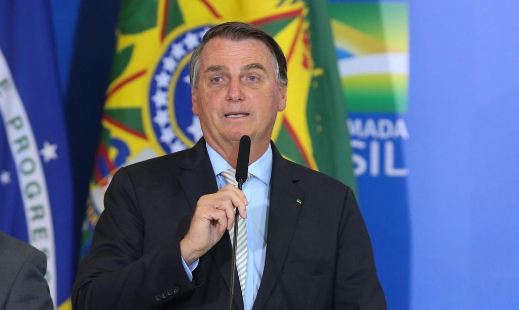 foto de Bolsonaro zera PIS e Cofins do diesel e do gás de cozinha
