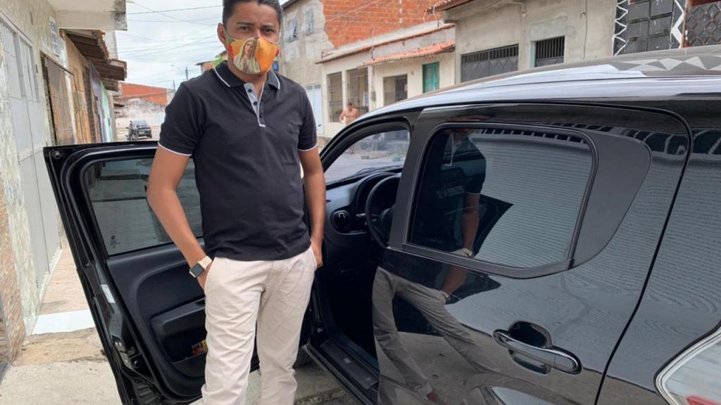 foto de Motorista de app encontra R$ 15 mil no carro e devolve ao passageiro