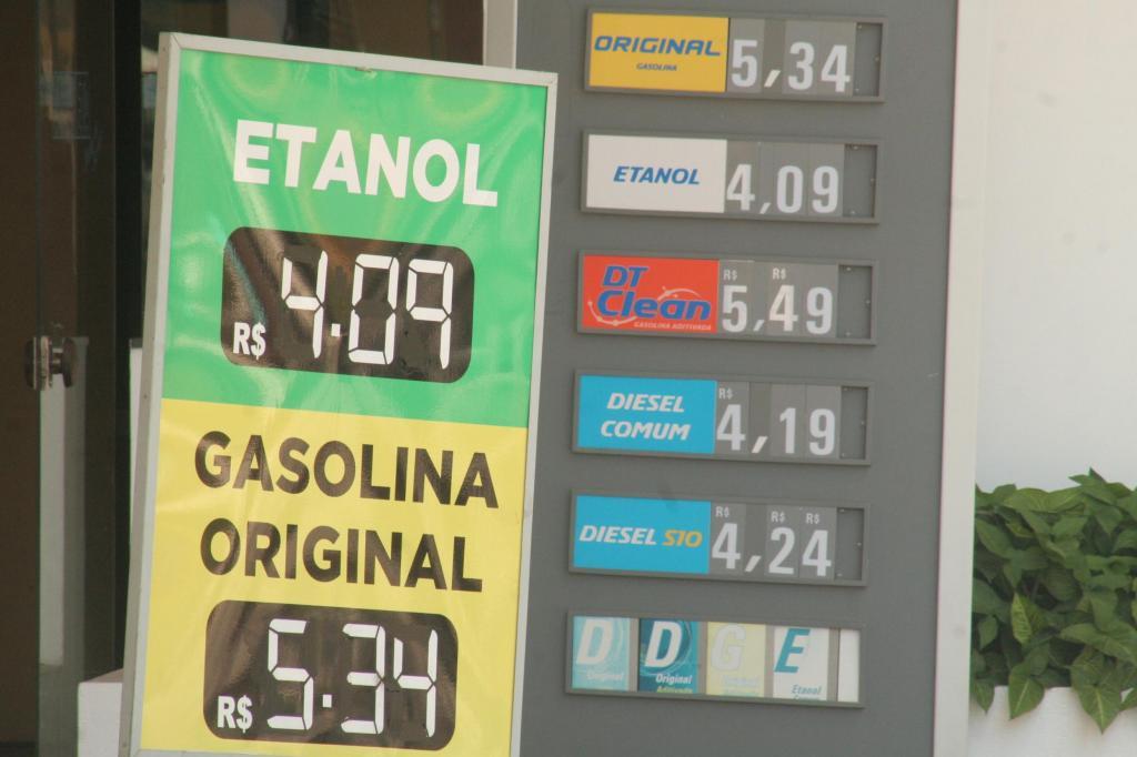 foto de Média do preço do litro da gasolina em Amparo chega R$ 5,30