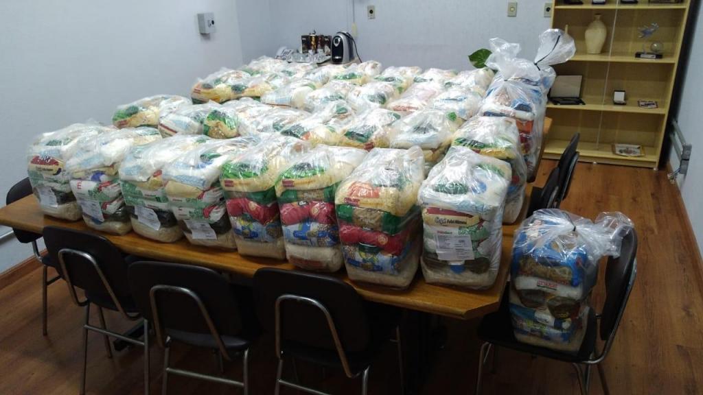 foto de Vereadores e funcionários do Legislativo doam 33 cestas básicas