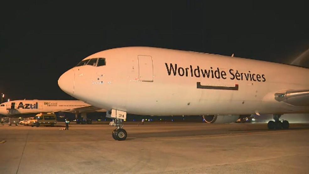 foto de Avião com 1 milhão de doses da vacina da Pfizer chega ao Brasil por Viracopos