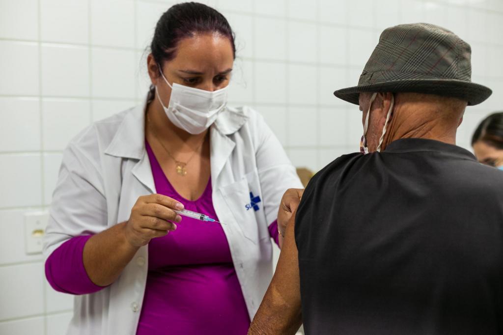 foto de Prefeitura de Amparo já está vacinando pessoas com 60, 61 e 62 anos