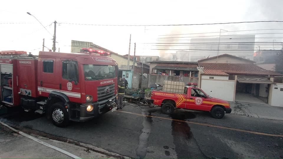foto de Pedreira: Homem ateia fogo em sucatas, causa incêndio no Jardim Andrade e é preso pela Polícia Municipal