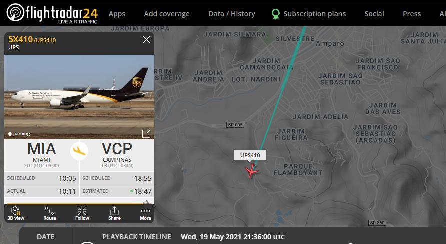 foto de Avião com mais 629 mil doses de vacina da Pfizer passa sobre a cidade de Amparo