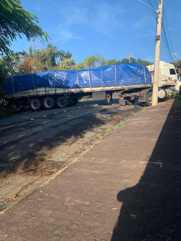 foto de Motorista segue GPS, sofre acidente e bloqueia rua em Amparo