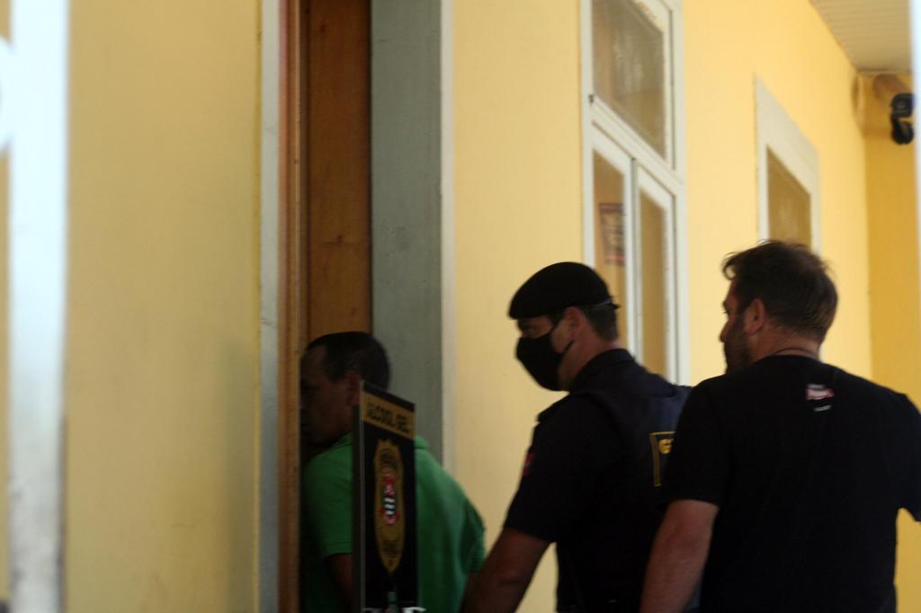 foto de Servente de pedreiro é detido e acusado de jogar bombas na casa do prefeito. Polícia procura mandante da ação