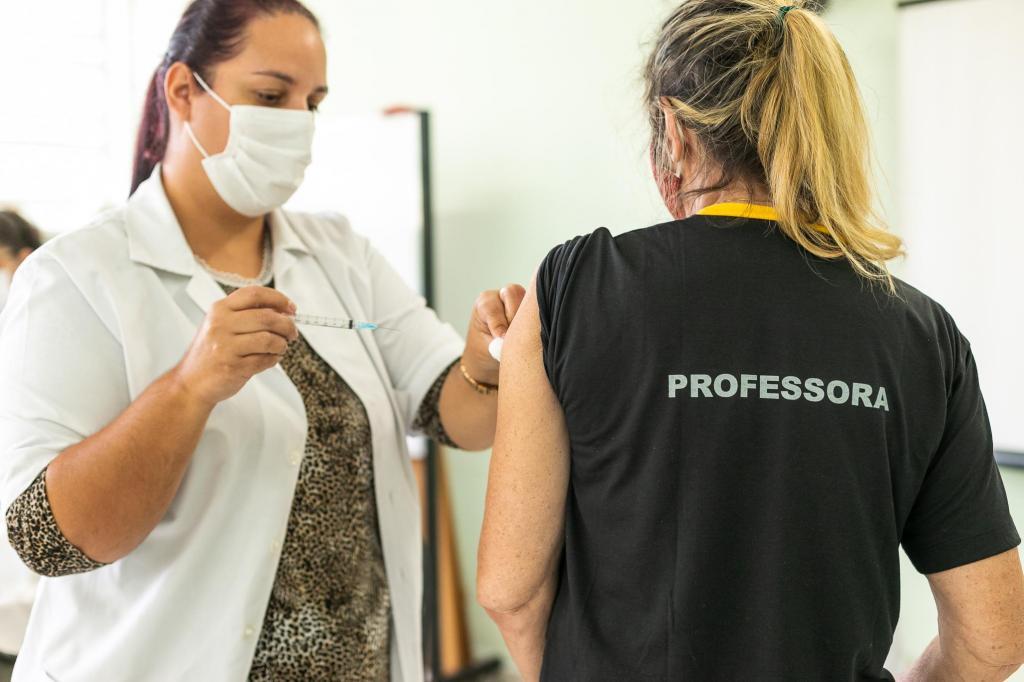 foto de Profissionais da educação de 18 a 46 anos estão sendo vacinados em Amparo