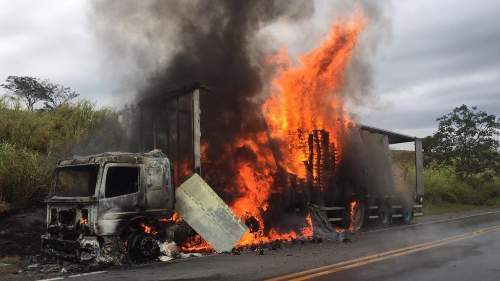 foto de Caminhão é destruído pelo fogo na Amparo-Itapira