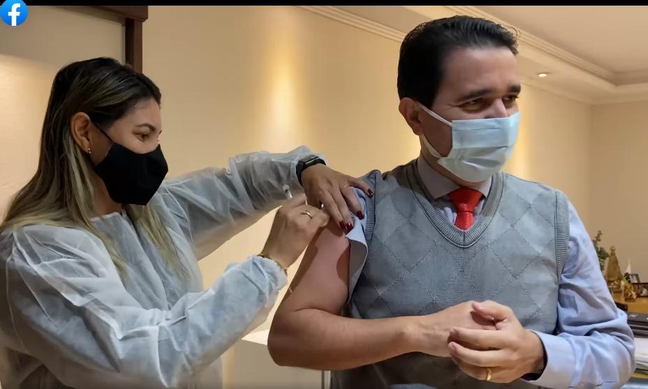 foto de Carlos Alberto assina projeto de lei que manda para o fim da fila quem quiser escolher marca de vacina