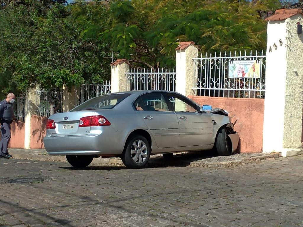 foto de Ladrão bate carro roubado e acaba preso