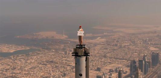 foto de Emirates coloca uma comissária de voo no topo do Burj Khalifa, a 829 metros de altura