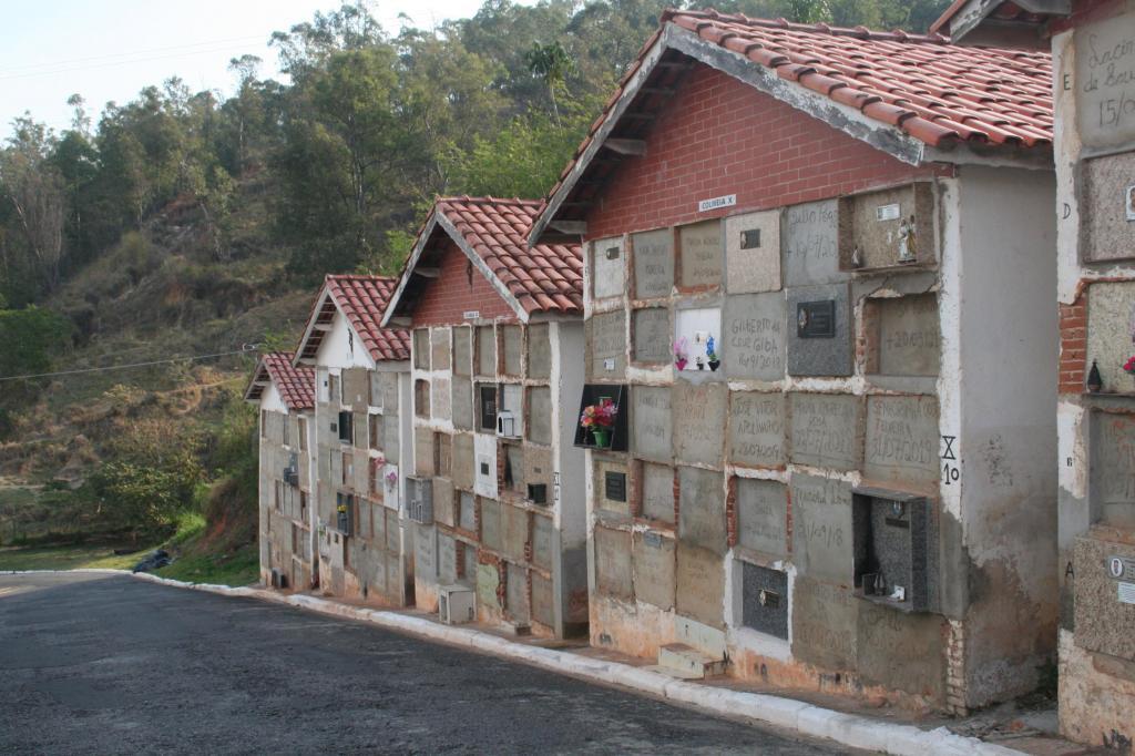 foto de Prefeitura de Amparo alerta famílias que tem parentes sepultados em Colmeias provisórias