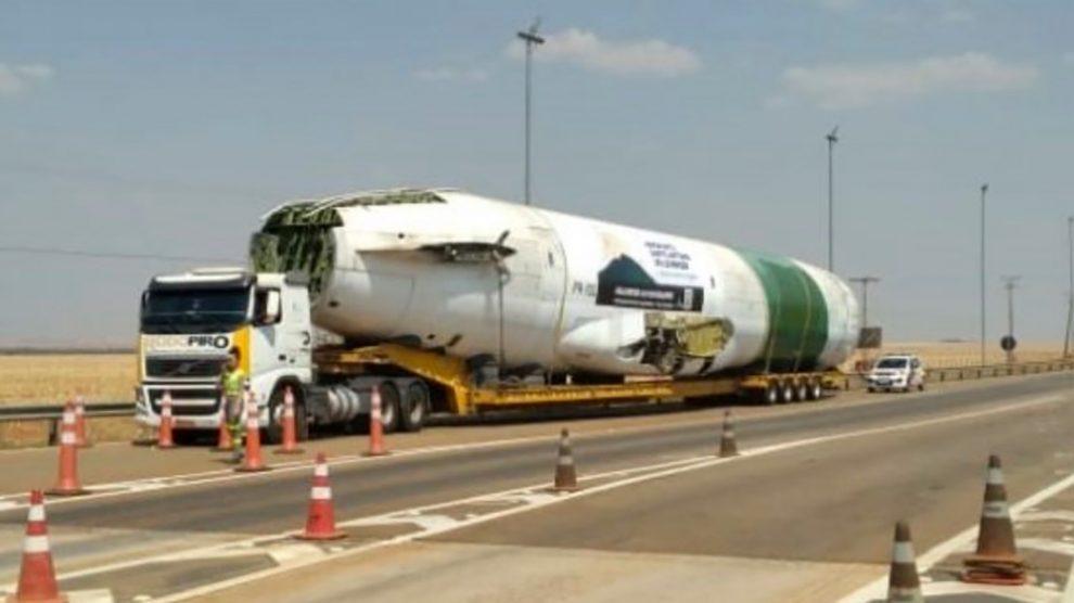 foto de Carcaça de Boeing 727 é transportada em carreta na BR-163 em Mato Grosso