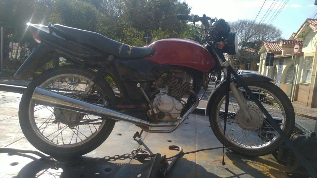 foto de Motociclista sem habilitação cai de moto em tentativa de fuga