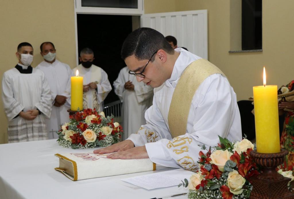 foto de Carlos Semensim é ordenado padre