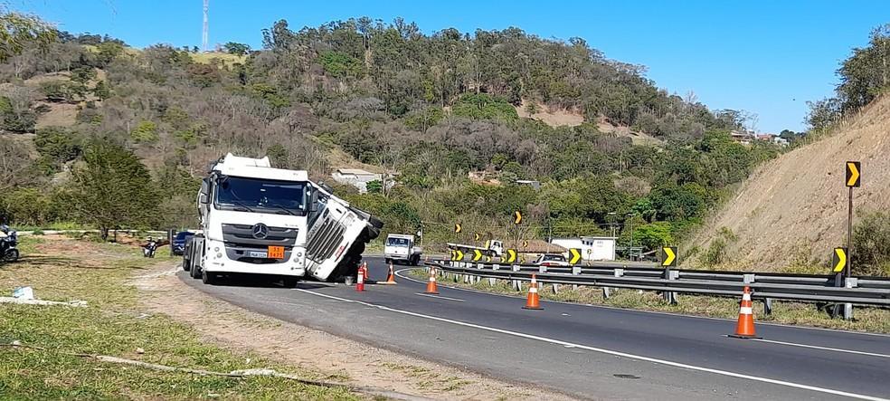 foto de Acidente entre caminhões interdita parcialmente estrada um dia inteiro