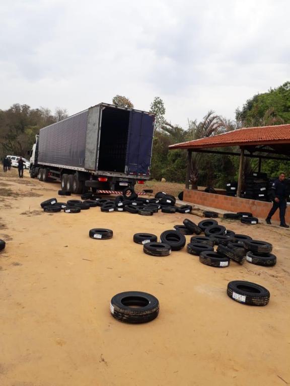foto de Quadrilha é detida com carga roubada de pneus após perseguição