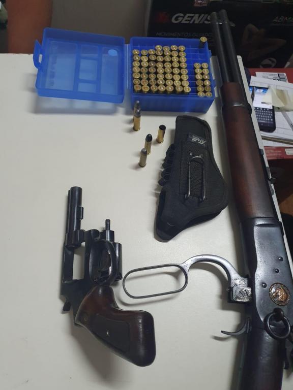 foto de Homem preso no bairro dos Rosas com um revólver e uma carabina